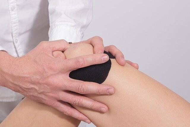dolore al ginocchio quando mi piego
